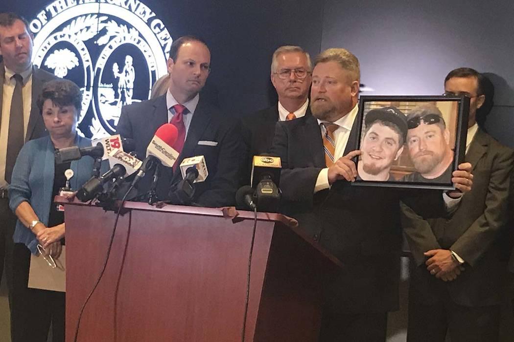 El fiscal general de Carolina del Sur, Alan Wilson, a la izquierda, junto al representante Eric Bedingfield, cuyo hijo murió el año pasado por una sobredosis de drogas, el martes 15 de agosto de ...