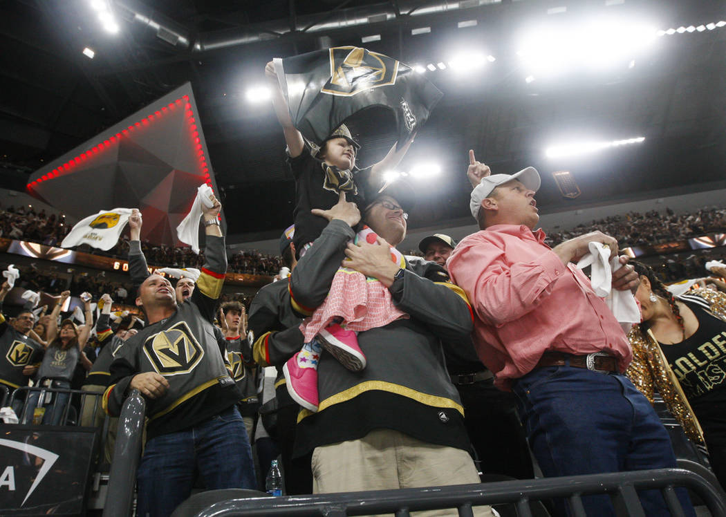 Aficionados celebran el triunfo de Vegas Golden Knights. Miércoles 16 de mayo del 2018 en T-Mobile Arena. Foto Chase Stevens / Las Vegas Review-Journal.