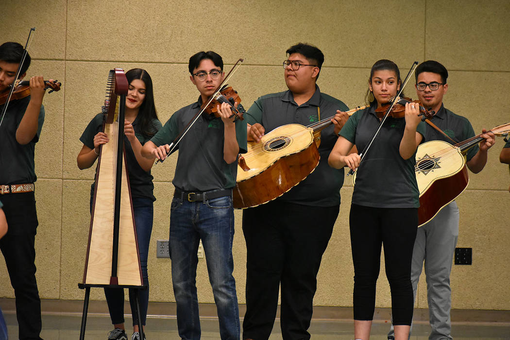 El grupo de Mariachi de Rancho HS se encargó de amenizar la celebración. Martes 15 de mayo de 2018 en preparatoria Rancho. Foto Anthony Avellaneda / El Tiempo.