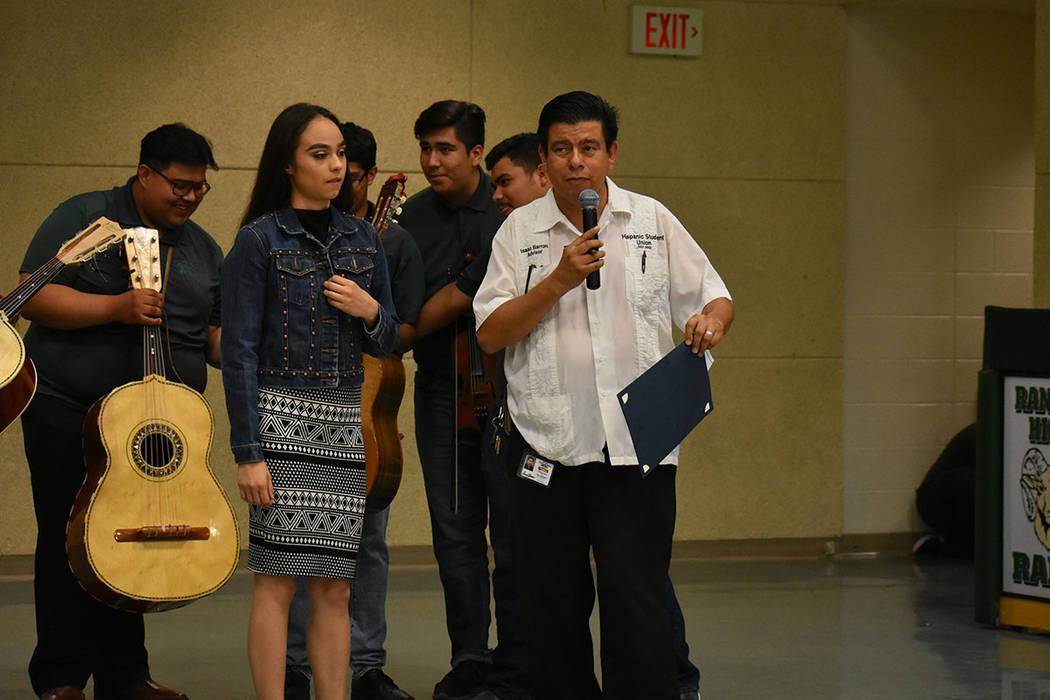 El profesor y concejal de NLV, Isaac Barrón, ha sido uno de los mentores de este grupo estudiantil por 18 años. Martes 15 de mayo de 2018 en preparatoria Rancho. Foto Anthony Avellaneda / El Tiempo.
