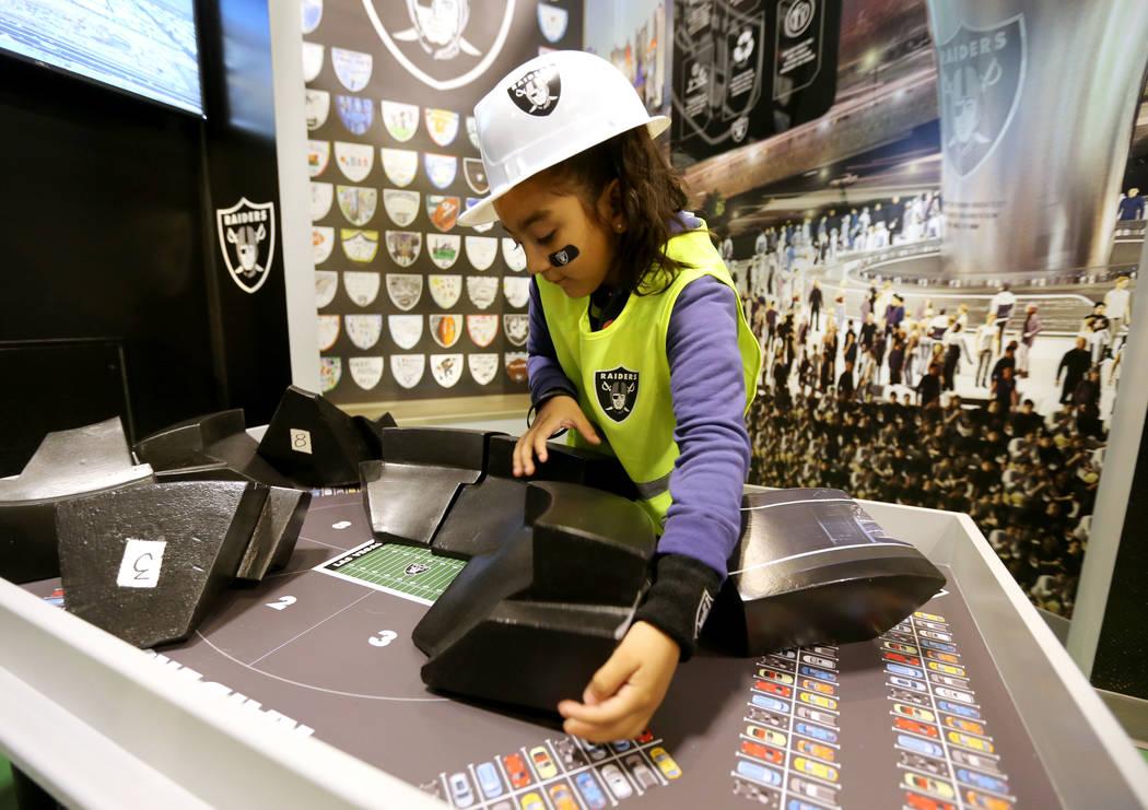 Wendy Carranco, de 5 años, construye el estadio en la inauguración de la exhibición de la Zona de Construcción de Raiders Kids Construction en DISCOVERY Children's Museum en Las Vegas el miér ...