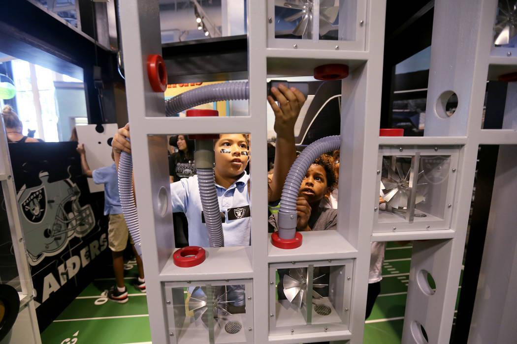 Ben Estrada, 9, izquierda, y Lorenzo White, 8, juegan con mangueras de aire en la inauguración de la exhibición de la Zona de Construcción Infantil Raiders en el DISCOVERY Children's Museum en ...
