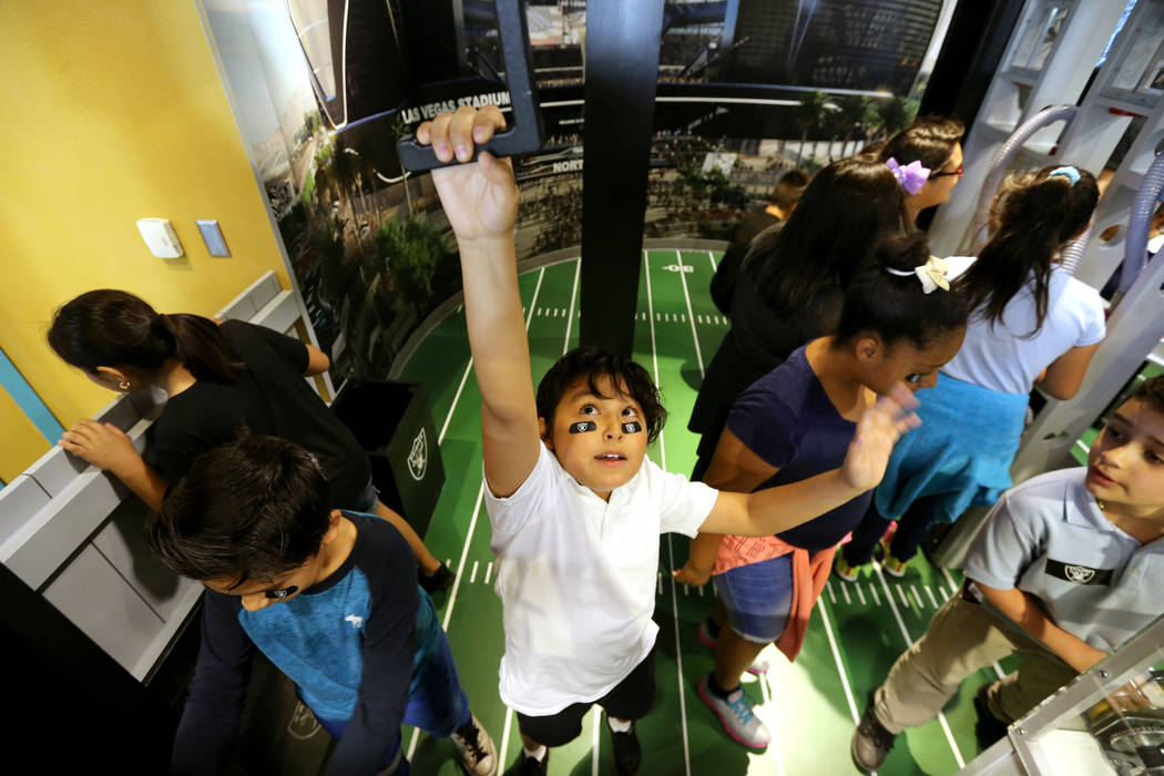 Khaled Loyo, de 8 años, juega con una grúa en la inauguración de la exhibición de Ground Building de Raiders Kids Construction en el DISCOVERY Children's Museum de Las Vegas el miércoles 16 d ...