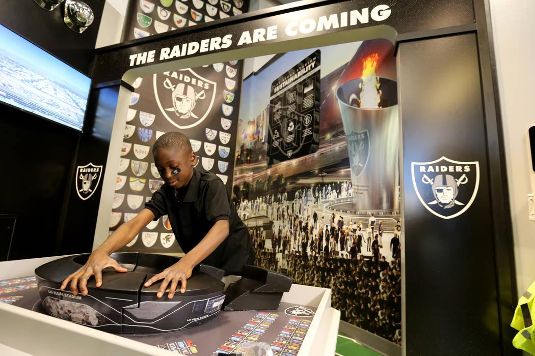 Daniel Sumo, de 9 años, construye el estadio en la inauguración de la exhibición de Ground Building de Raiders Kids Construction en el DISCOVERY Children's Museum en Las Vegas el miércoles 16 ...