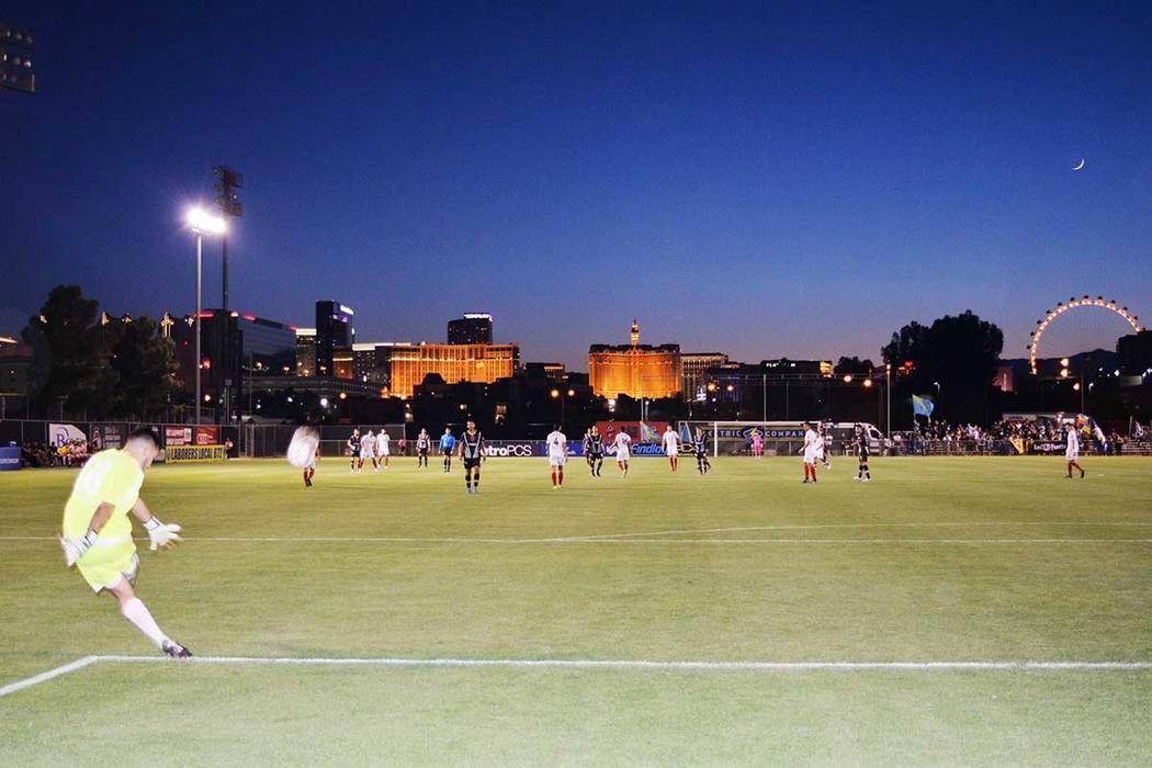 Con un marco impresionante de luces, Las Vegas Lights FC, deleitaron al aficionado con destreza y buen juego. Miércoles 16 de mayo en el Peter Johann Field de UNLV. (Foto Frank Alejandre / El Tiempo)