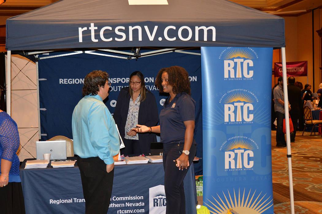 Dachresha Harris, a la derecha, gerente de recursos humanos del RTC, atendió con amabilidad a la gente que buscó información. Miércoles 16 de mayo de 2018, en el Texas Station. Foto Frank Alej ...