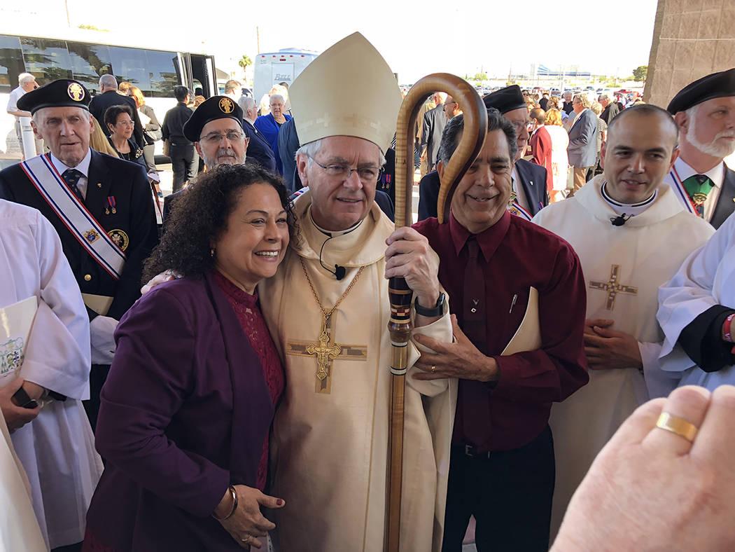 El nuevo obispo de Las Vegas, George Thomas, es flanqueado por Columba y José de Jesús Leyva, frente al santuario del Divino Redentor, el 15 de mayo del 2018. Foto Valdemar González / El Tiempo ...
