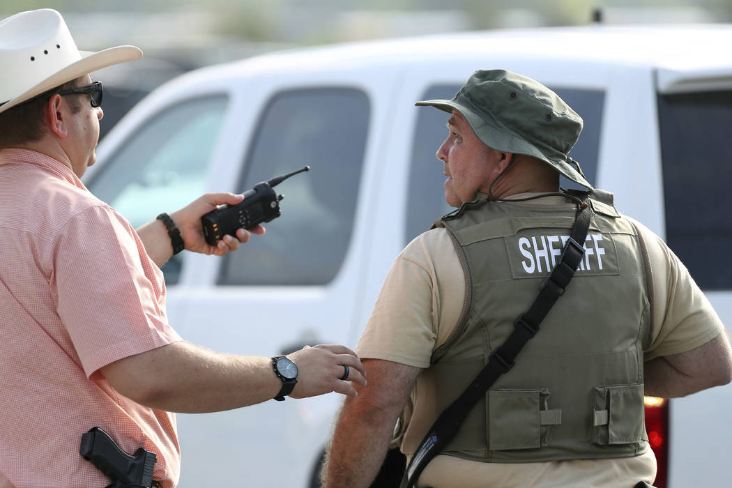Los agentes del orden público responden a un tirador activo frente a la preparatoria Santa Fe el viernes 18 de mayo de 2018 en Santa Fe, Texas. (Steve Gonzales / Houston Chronicle vía AP)