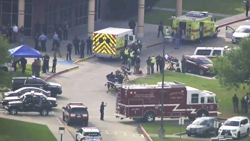 En esta imagen tomada del video, el personal de emergencia y los agentes del orden público responden a una escuela secundaria cerca de Houston después de que un tirador activo fuera reportado en ...
