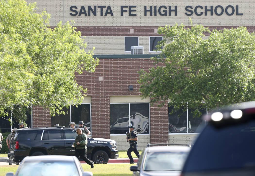 Los agentes del orden público responden a la Escuela Secundaria Santa Fe después de que se reportó un tirador activo en el campus, el viernes 18 de mayo de 2018 en Santa Fe, Texas. (Steve Gonza ...