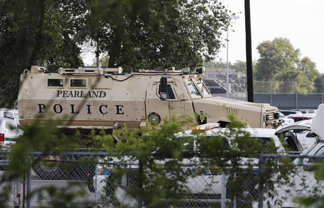 Un vehículo blindado de la Policía de Pearland está listo frente a la escuela secundaria Santa Fe en Santa Fe, Texas, en respuesta a un tiroteo en la mañana del viernes 18 de mayo de 2018. (Ke ...