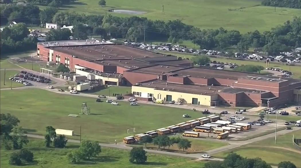 Esta imagen tomada del video muestra el campus de Santa Fe High School, el viernes 18 de mayo de 2018 en Santa Fe, Texas. Los agentes del orden público respondieron a la escuela cerca de Houston ...