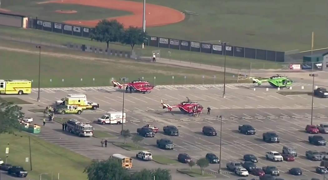 En esta imagen tomada desde helicópteros de video se sientan en el estacionamiento de Santa Fe High School mientras agentes de la ley responden a la escuela cerca de Houston después de que un ti ...