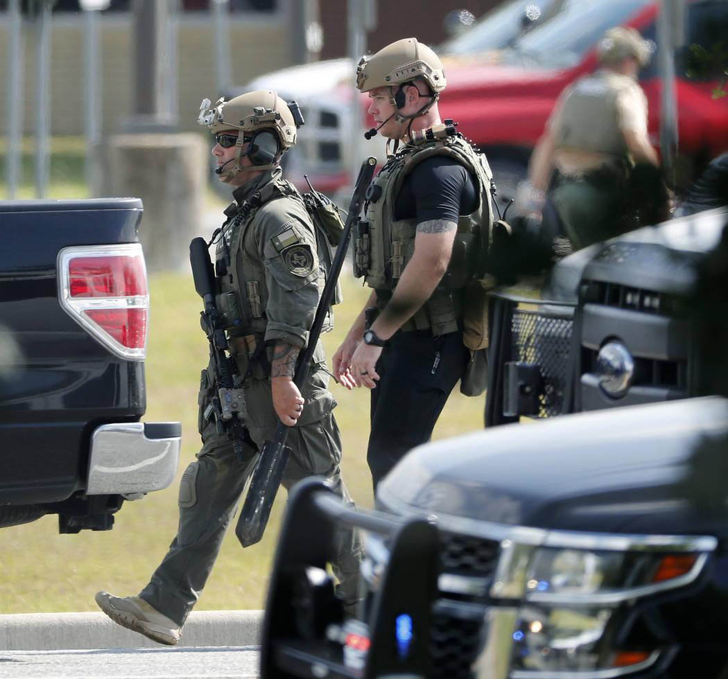 Agentes de la policía en equipo táctico se mueven por la escena en Santa Fe High School después de un tiroteo el viernes 18 de mayo de 2018 en Santa Fe, Texas. (Kevin M. Cox / The Galveston Cou ...