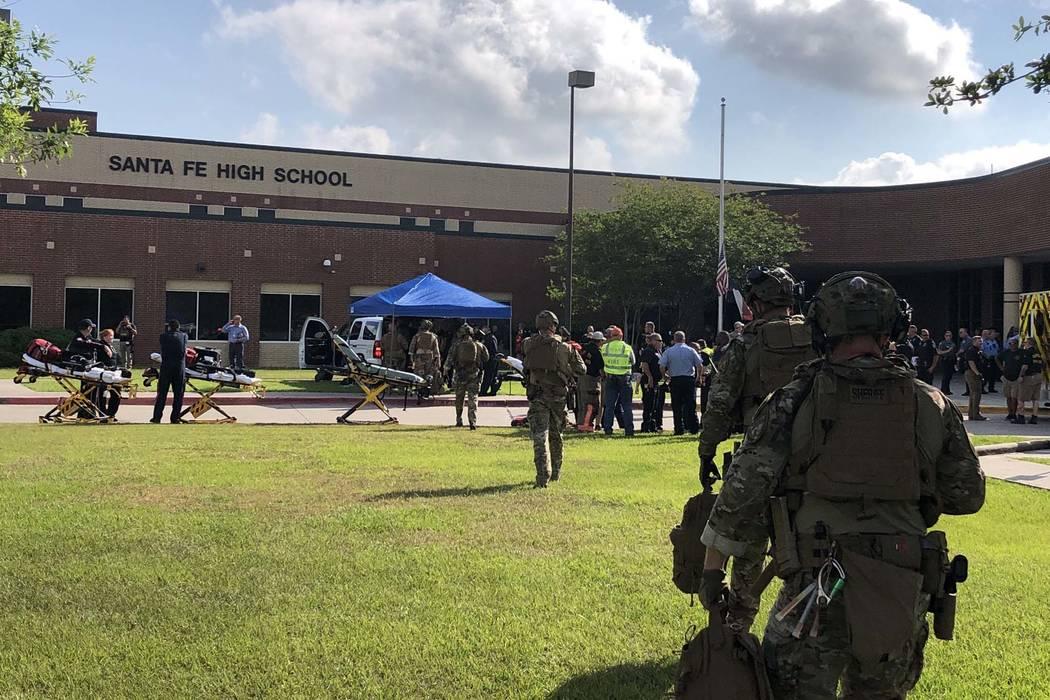 Varias personas murieron en un tiroteo en Santa Fe High School en Santa Fe, Texas, a unas 30 millas de Houston, el viernes 18 de mayo de 2018. (Oficina del Sheriff del Condado de Harris / Twitter)