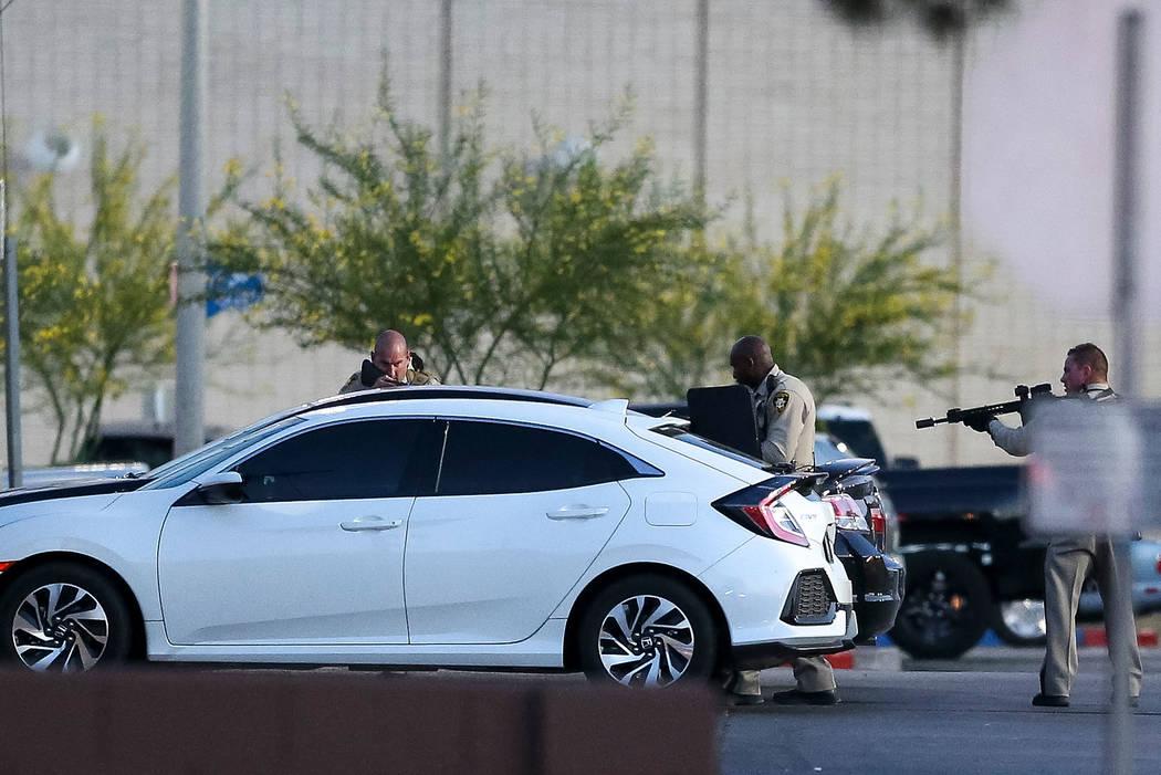 La policía recorre la escena fuera de Sears en el Boulevard Mall en Las Vegas el jueves 17 de mayo de 2018. Richard Brian Las Vegas Review-Journal @vegasphotograph