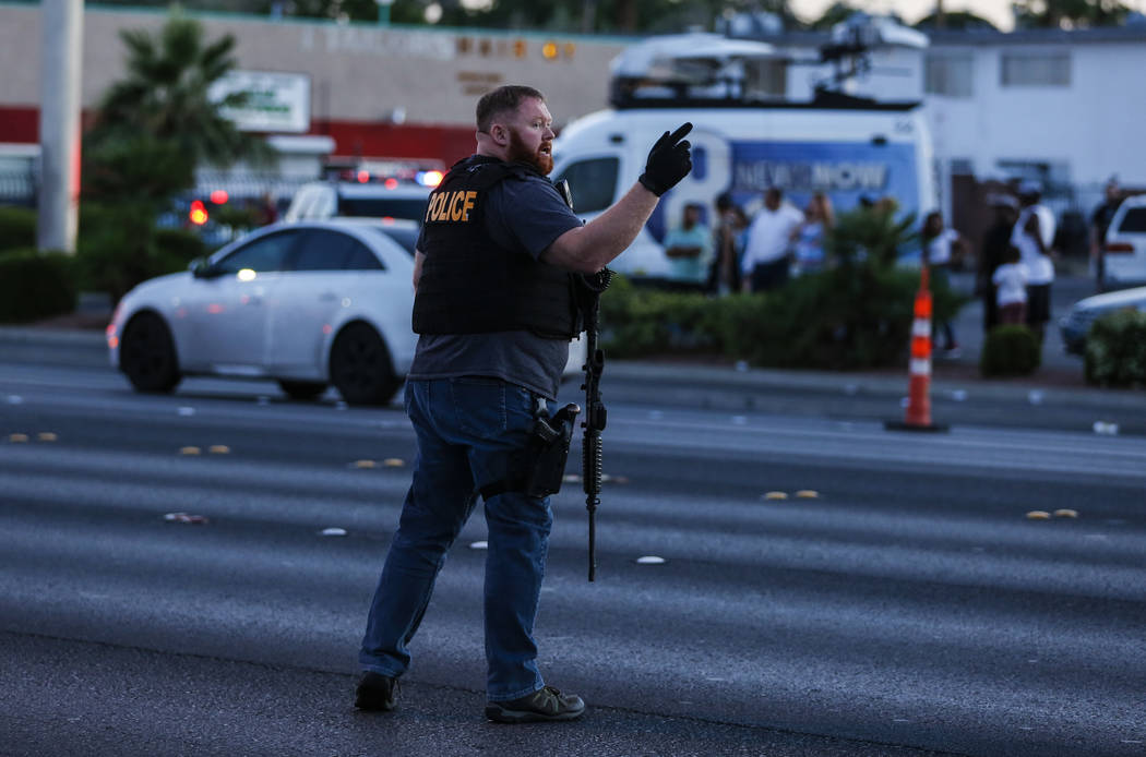La policía redirige el tránsito al Boulevard Mall en Las Vegas el jueves 17 de mayo de 2018. Richard Brian Las Vegas Review-Journal @vegasphotograph