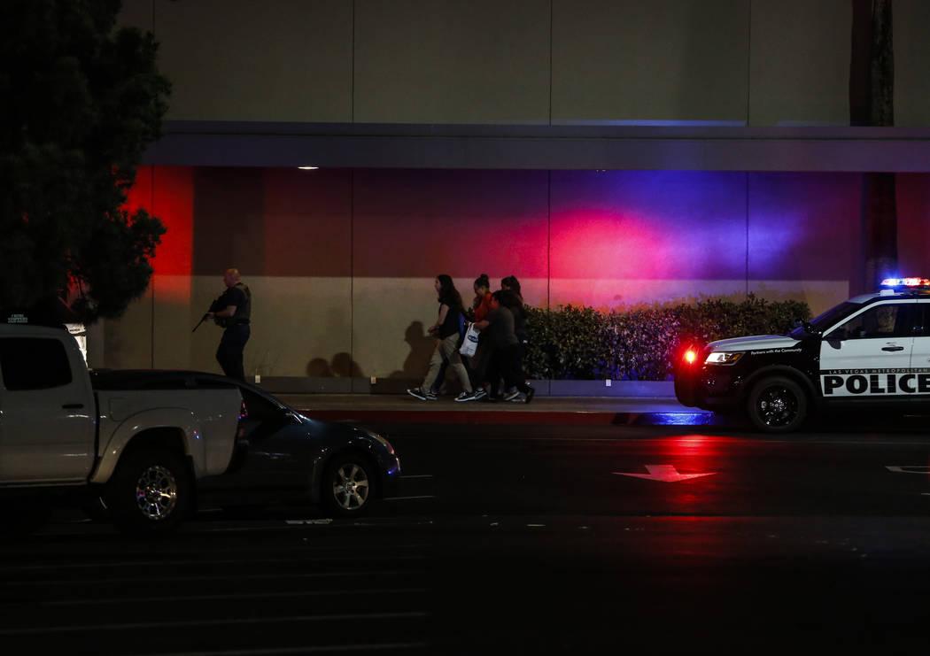 La policía escolta a personas fuera de Sears en el Boulevard Mall en Las Vegas el jueves 17 de mayo de 2018. Andrea Cornejo Las Vegas Review-Journal @drea_cornejo