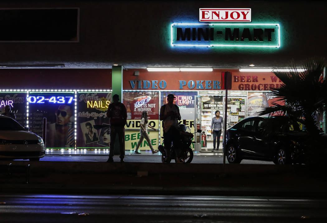 Los espectadores miran mientras la policía acordona el exterior de Sears en el Boulevard Mall de Las Vegas el jueves 17 de mayo de 2018. Revista-Diario Andrea Cornejo Las Vegas @drea_cornejo