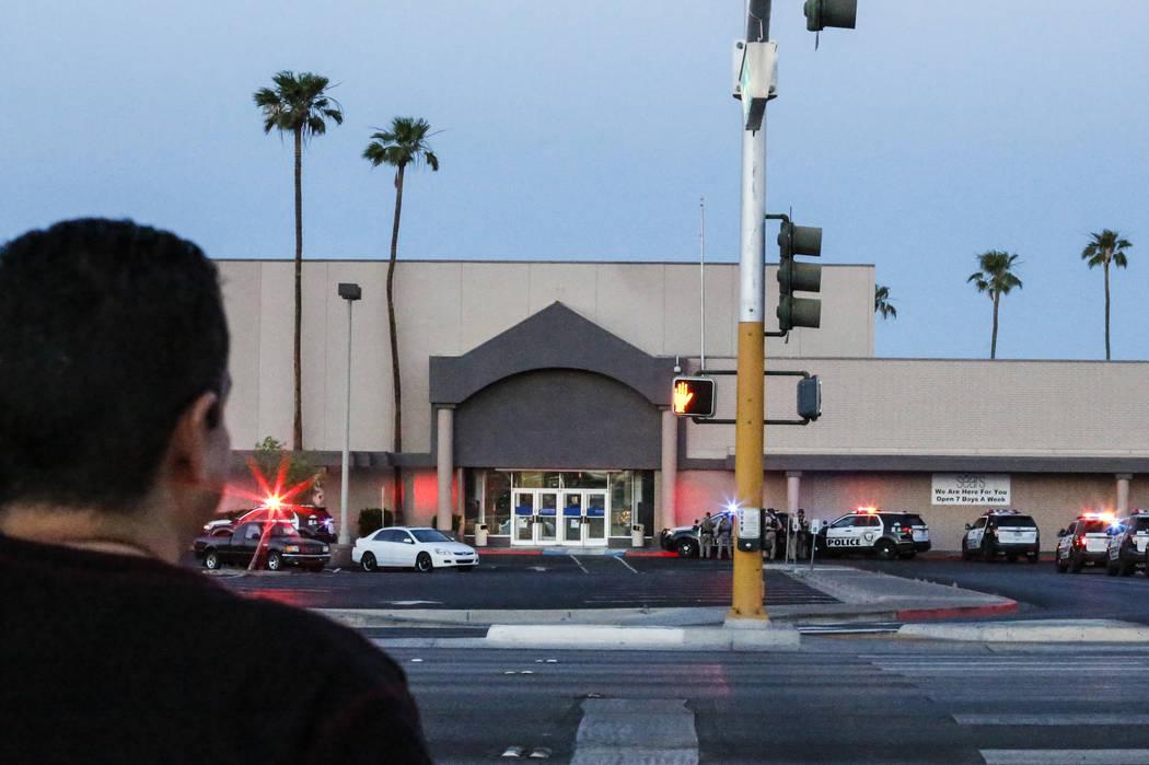 La policía acordona el exterior de Sears en el Boulevard Mall en Las Vegas el jueves 17 de mayo de 2018. Richard Brian Las Vegas Review-Journal @vegasphotograph