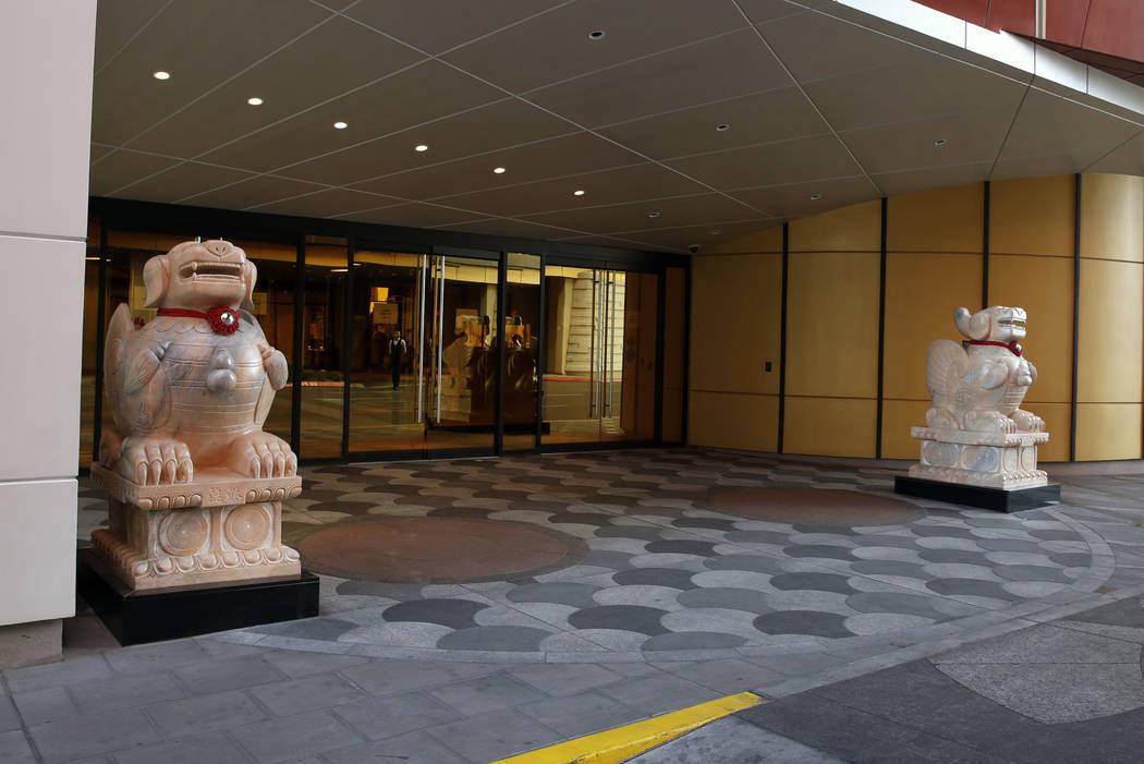 Estatuas fuera de Lucky Dragon, que cerraron las operaciones de juegos y restaurantes de casino a principios de enero, en Las Vegas el lunes 16 de abril de 2018. Bizuayehu Tesfaye / Las Vegas Revi ...