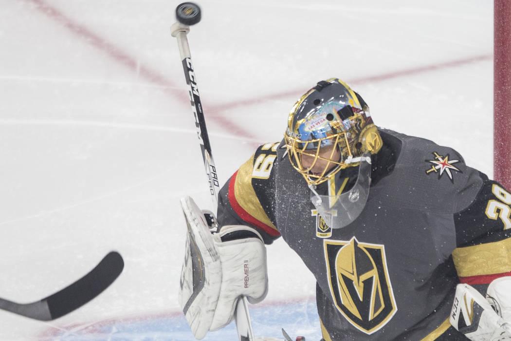 El portero de los Golden Knights, Marc-Andre Fleury (29), realiza un salvamento en el primer período durante el Juego 3 del enfrentamiento de Las Vegas en la Conferencia Oeste de la NHL contra Wi ...