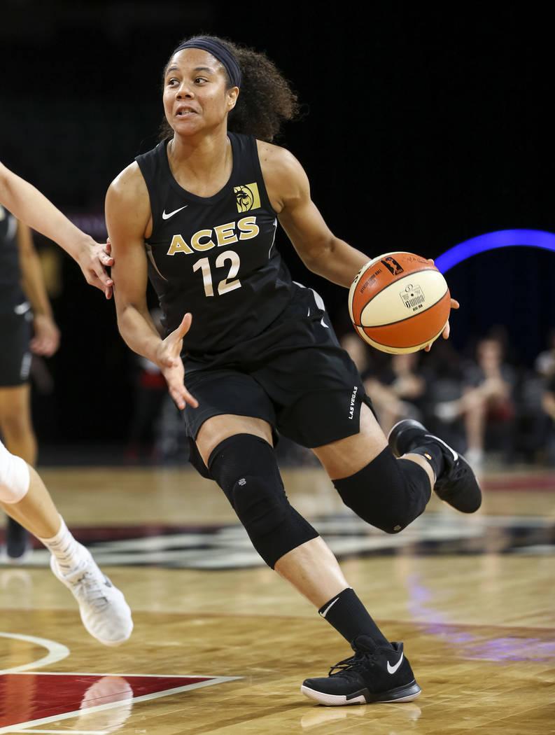 La alera de las Vegas Aces, Nia Coffey (12) driblea la pelota contra el equipo nacional chino durante un partido de pretemporada de baloncesto en el Mandalay Bay Events Center en Las Vegas el domi ...