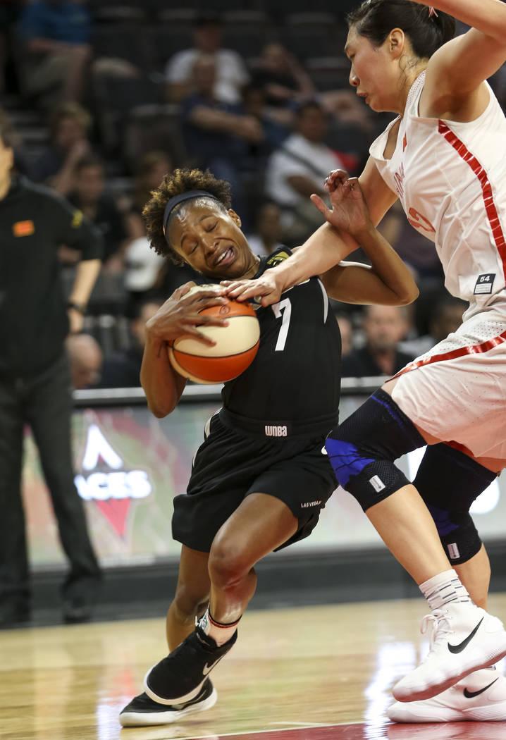 La guardia de las Aces de Las Vegas, Morgan William (7), es sancionada por la china, Jiacen Liu (12), durante un partido de pretemporada de baloncesto en el Mandalay Bay Events Center en Las Vegas ...