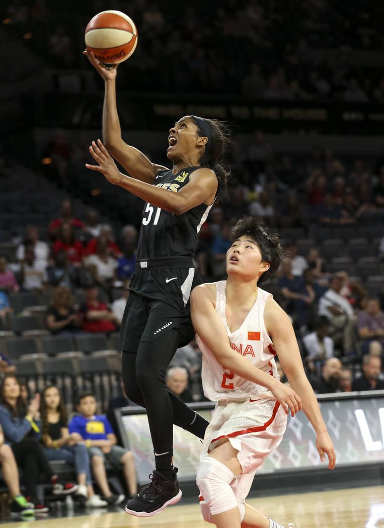 La escolta de las Aces de Las Vegas, Sydney Colson (51), se enfrenta a la china Jiaqi Wang (2) durante un partido de pretemporada de baloncesto en el Mandalay Bay Events Center en Las Vegas el dom ...