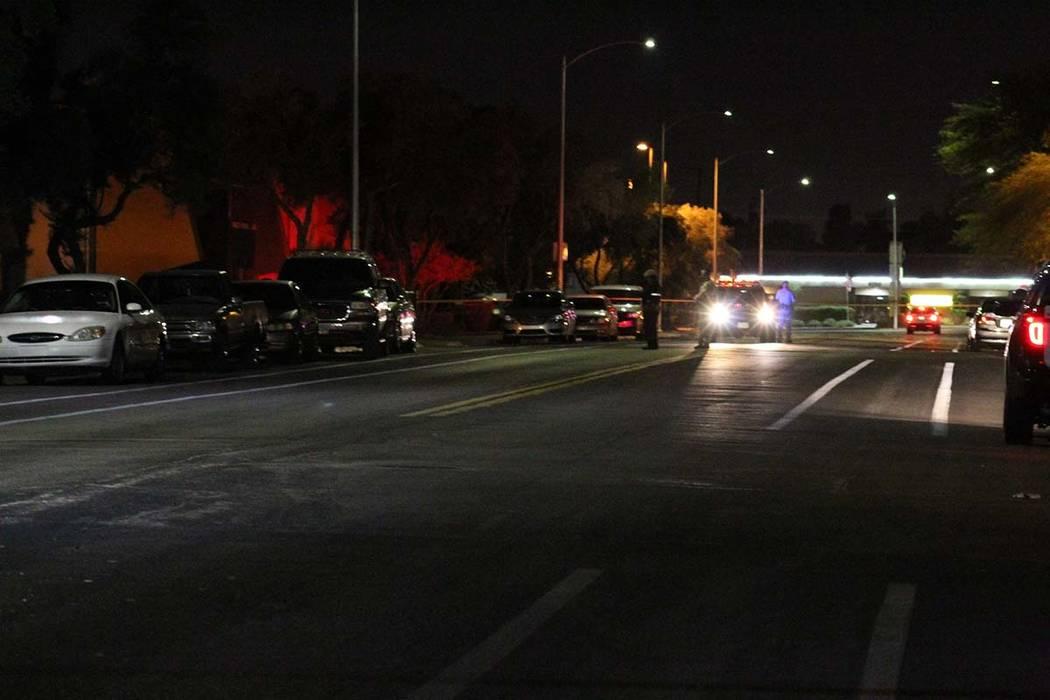 La policía bloqueó una sección de la calle Lorenzi, cerca de Alta Drive y Rainbow Boulevard durante una investigación de un tiroteo matutino el viernes por la mañana. (Max Michor / Las Vegas ...