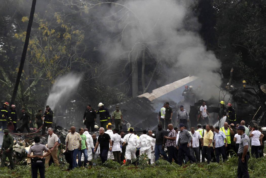 El presidente de Cuba, Miguel Díaz-Canel, tercero desde la izquierda, se aleja del sitio donde un Boeing 737 cayó en un campo de yuca con más de 100 pasajeros a bordo, en La Habana, Cuba, el vi ...