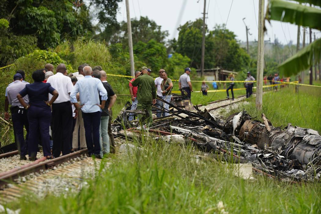 Trabajadores de rescate y búsqueda en el sitio donde un avión cubano con más de 100 pasajeros a bordo cayó en picada en un campo de yuca justo después del despegue desde el aeropuerto interna ...