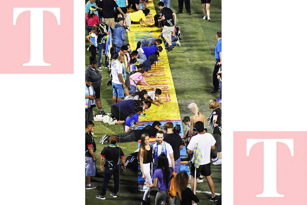 Los aficionados firmaron una gigantesca bufanda, un hecho que seguramente romperá récords, pero que muestra el apoyo que la afición dispensa al equipo local. Sábado 19 en el Cashman Field. Fot ...
