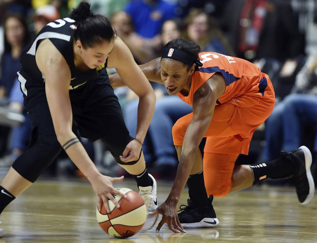 La guardia del Connecticut Sun: Jasmine Thomas, derecha, presiona al guardia de las Aces de Las Vegas: Shoni Schimmel, izquierda, en la primera mitad de la acción de la WNBA el domingo 20 de mayo ...