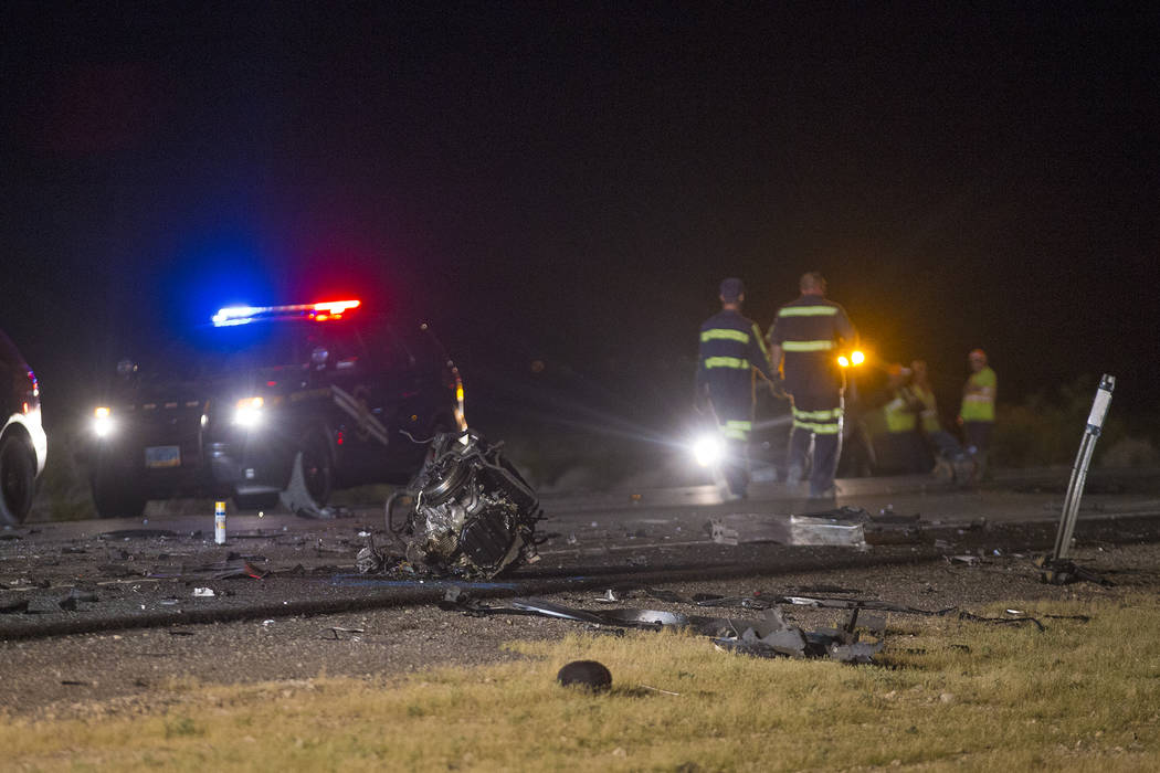 Partes de motor esparcidas en el suelo alrededor de la colisión múltiple en la carretera estadounidense 95, cerca del Valle de Amargosa en el condado de Nye, el domingo 20 de mayo de 2018. Un au ...