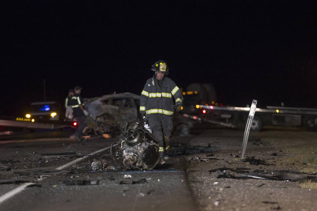 Los trabajadores en la escena de la colisión multi-fatal en la carretera estadounidense 95, cerca del Valle de Amargosa en el condado de Nye, el domingo 20 de mayo de 2018. (Rachel Aston Las Vega ...
