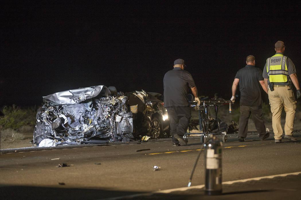 El Nissan en dirección norte que quedó totalmente envuelto en llamas en el choque de múltiples fatalidades en la carretera estadounidense 95, cerca del valle de Amargosa en el condado de Nye, e ...