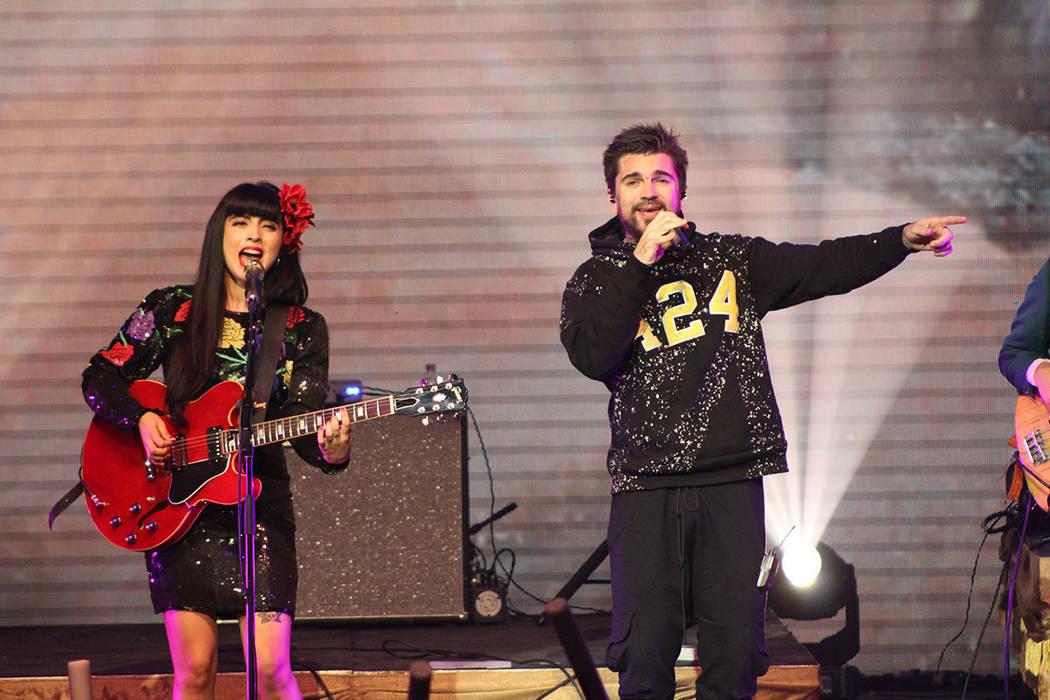 Juanes y Mon Laferte cantaron juntos Amarre, compuesta por la chilena. Sábado 19 de mayo de 2018, en el escenario del Pearl. Foto Cristian De la Rosa / El Tiempo - Contribuidor.