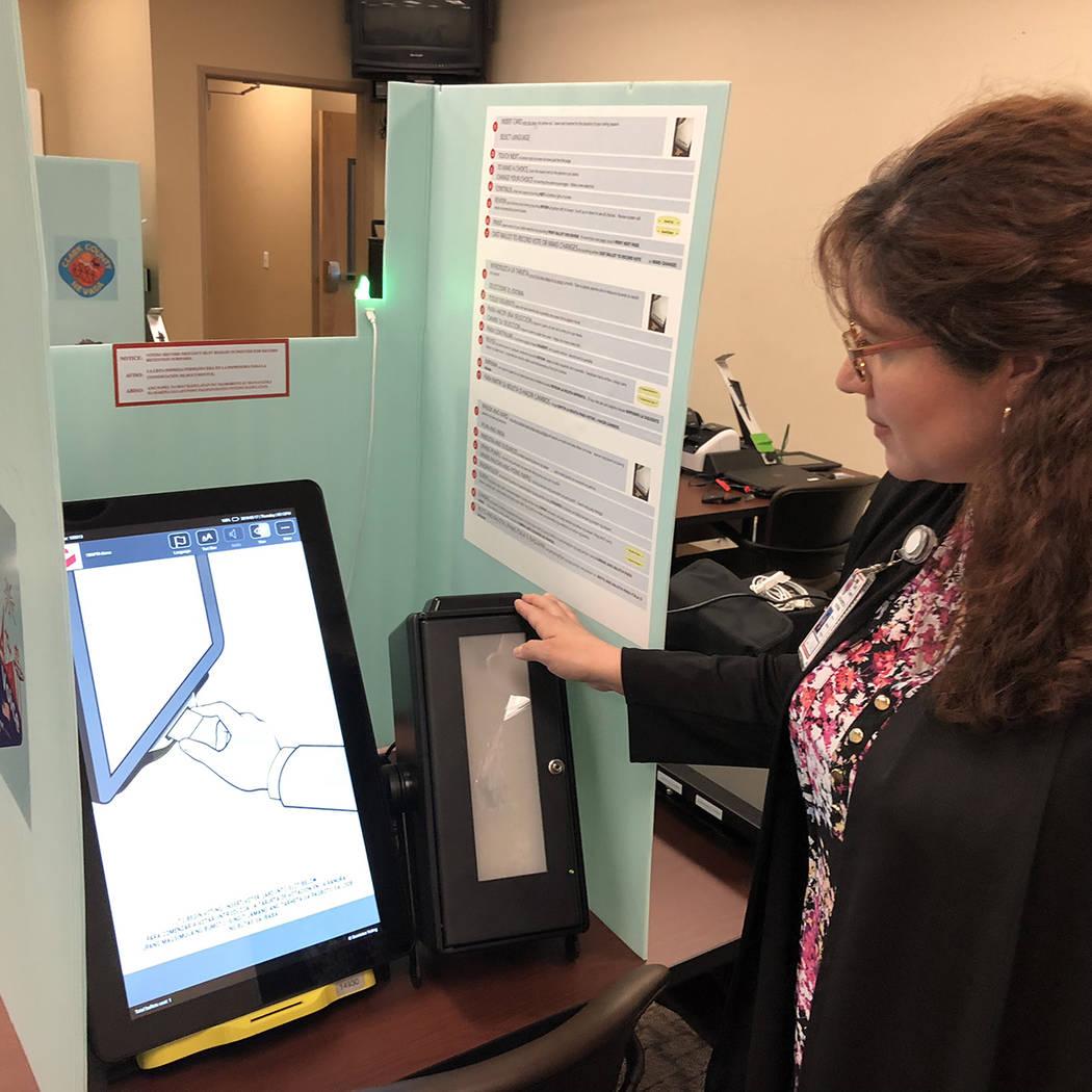 Lorena Portillo, asistente del Registrador de Electores, del gobierno del Condado Clark, muestra el 17 de mayo de 2018 las nuevas máquinas de votar, en North Las Vegas. Foto Valdemar González / ...