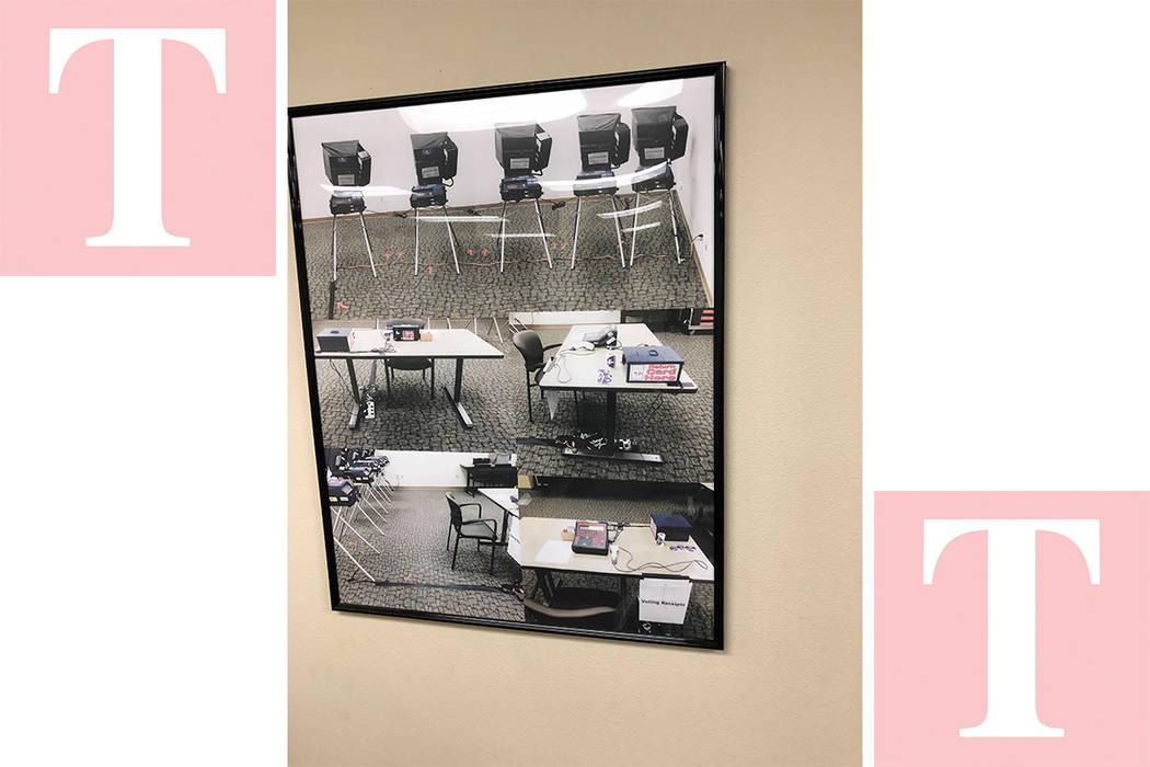 Un cuadro con fotos de una antigua casilla electoral aparece en una pared del Centro Electoral del Condado Clark, el 17 de mayo del 2018. Foto Valdemar González / El Tiempo - Contribuidor.
