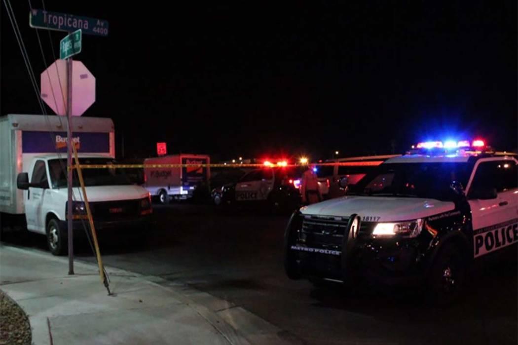 Un hombre que recibió un disparo en su automóvil el lunes por la mañana en el centro de Las Vegas fue llevado a un hospital, donde murió. (Max Michor / Las Vegas Review-Journal)