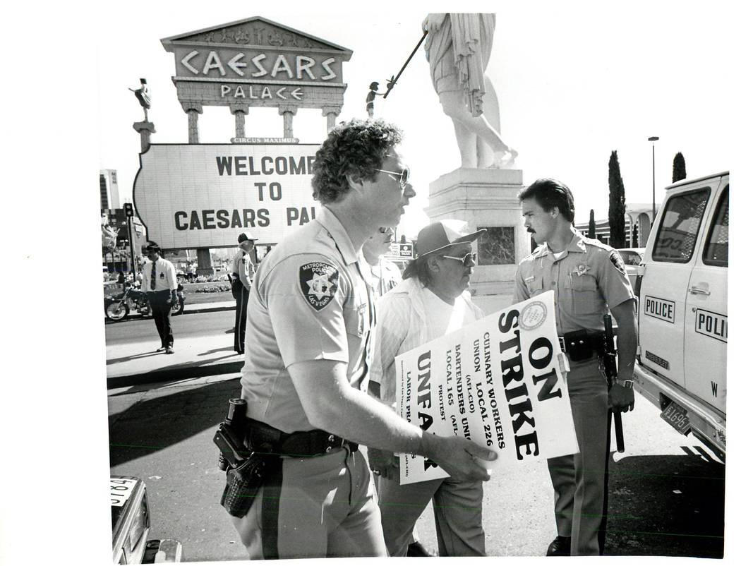 Huelguista removido por la policía después de que él y otros dos fueran arrestados por obstruir el tráfico en la entrada norte de Caesars durante una huelga sindical culinaria en 1984. (Scott ...
