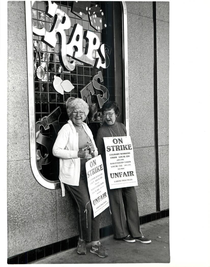 Elsie Houllahan y Betty Millward durante una huelga sindical culinaria en 1984. (Wayne Kodey / Las Vegas Review-Journal)