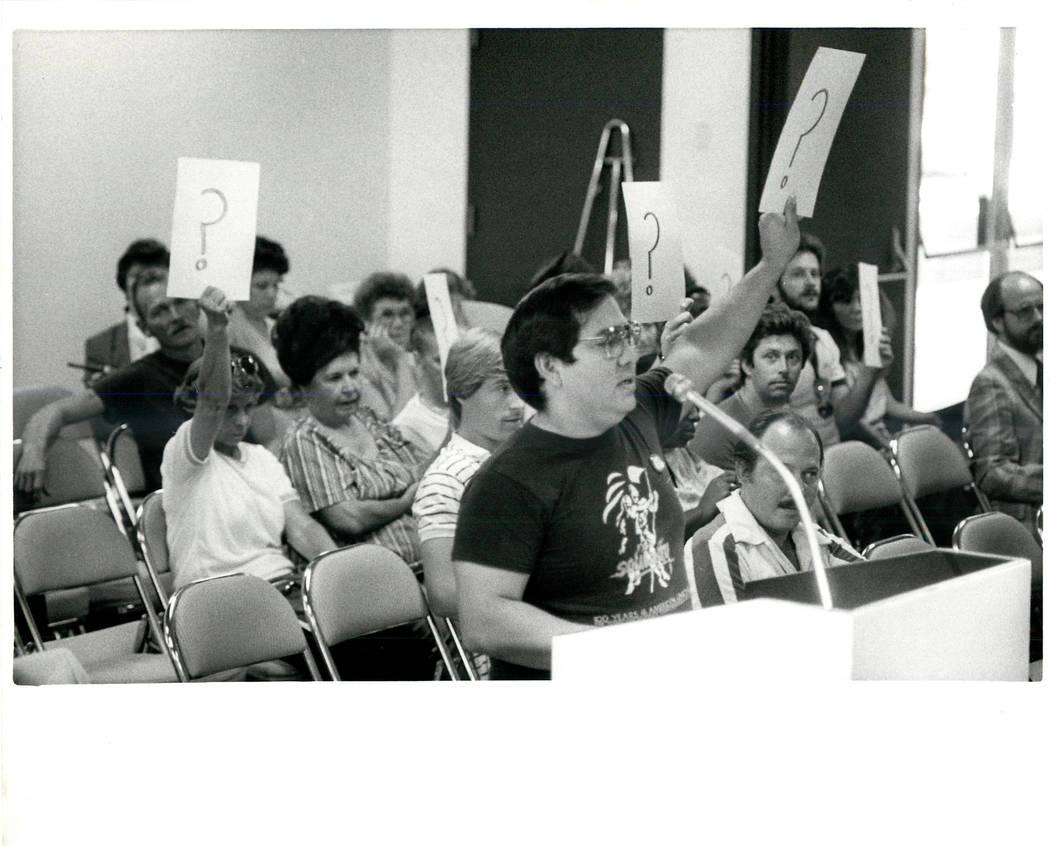 El Portavoz de la Unión Culinaria trató de obtener la palabra en el MTG de la Junta de la Autoridad de Convenciones durante una huelga sindical Culinaria en 1984. (Gary Thompson / Las Vegas Revi ...