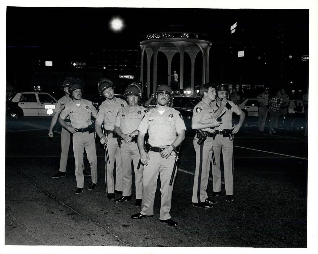 La policía se prepara para una huelga sindical culinaria en 1984. (Wayne Kodey / Las Vegas Review-Journal)