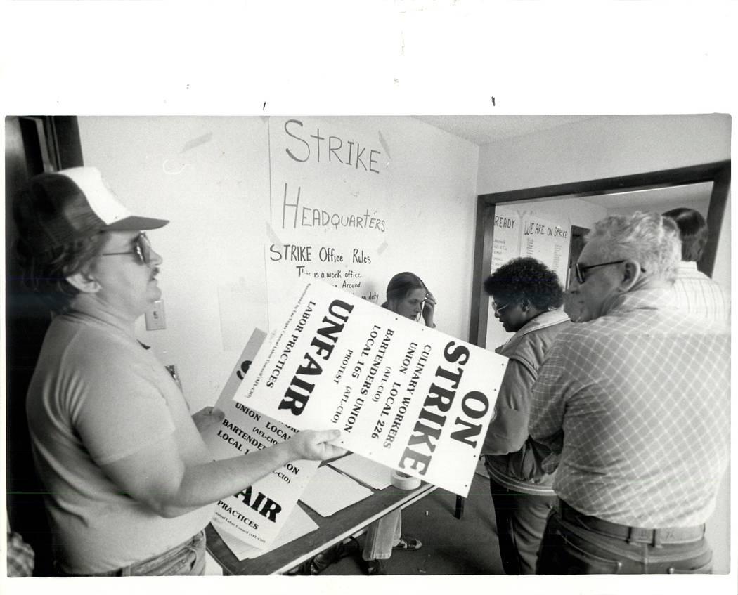 Las señales se reparten en la sede de la huelga durante una huelga sindical culinaria en 1984. (Wayne Kodey / Las Vegas Review-Journal)