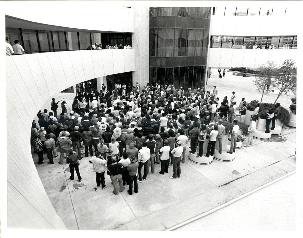 Un mitin de oración durante una huelga sindical culinaria en 1984. (Rene Germanier / Las Vegas Review-Journal)