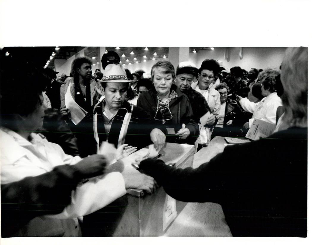 Votando en el Union Hall. (Wayne Kodey / Las Vegas Review-Journal)