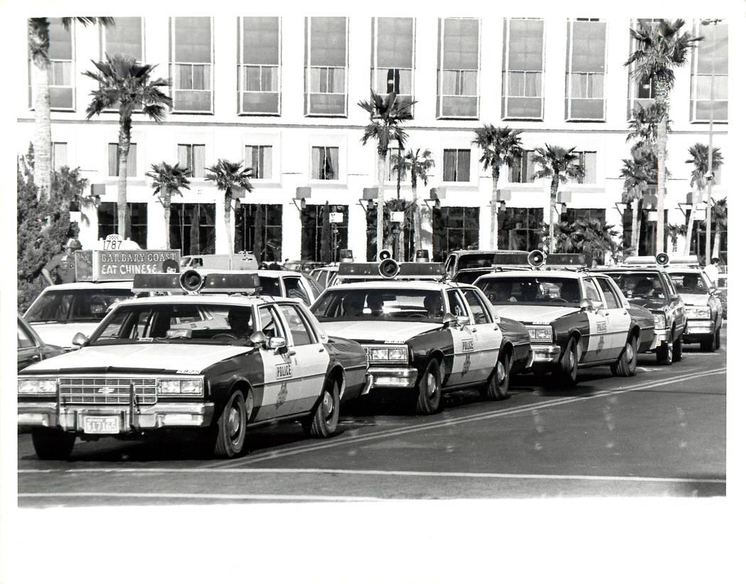 La policía se alinea frente al Hotel Hilton al comienzo de una huelga sindical culinaria en 1984. (Rene Germanier / Las Vegas Review-Journal)