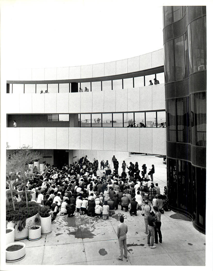 Reunión de oración por huelga de trabajadores en el Ayuntamiento de Las Vegas durante un paro sindical culinario en 1984. (Rene Germanier / Las Vegas Review-Journal)